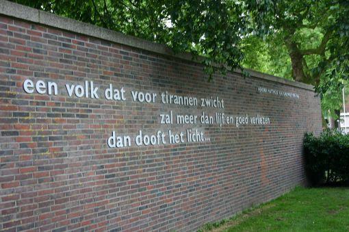 H.M.van Randwijk tekst muur Weteringplantsoen